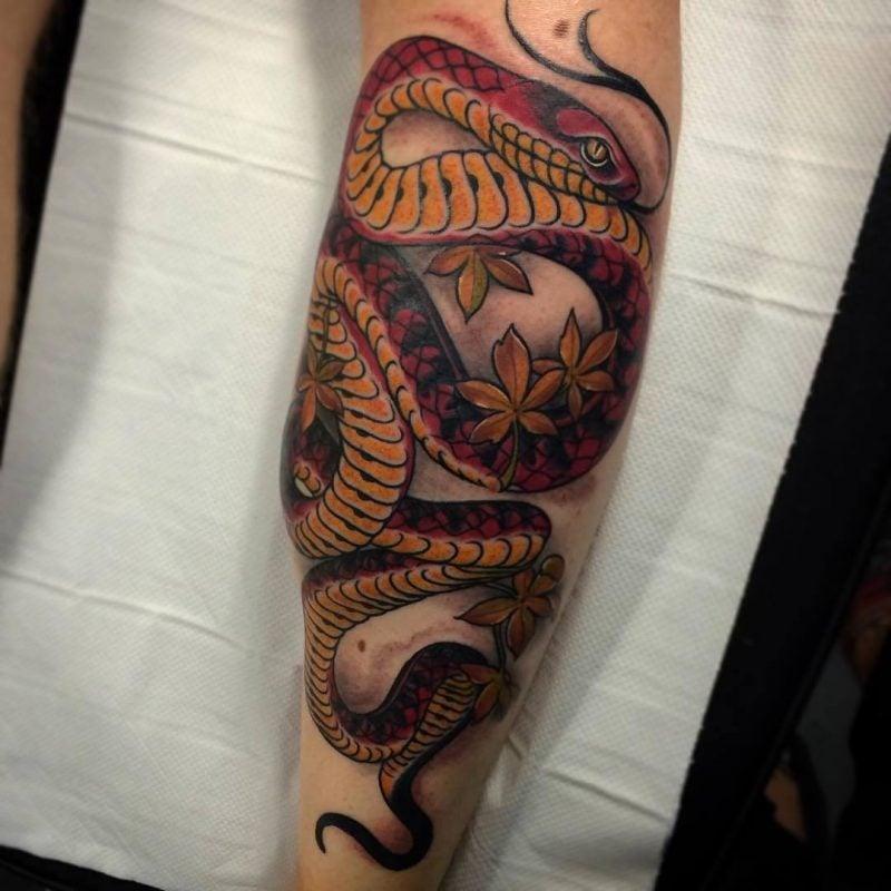 Schlangen Tattoo wird mehrfarbig gezeichnet