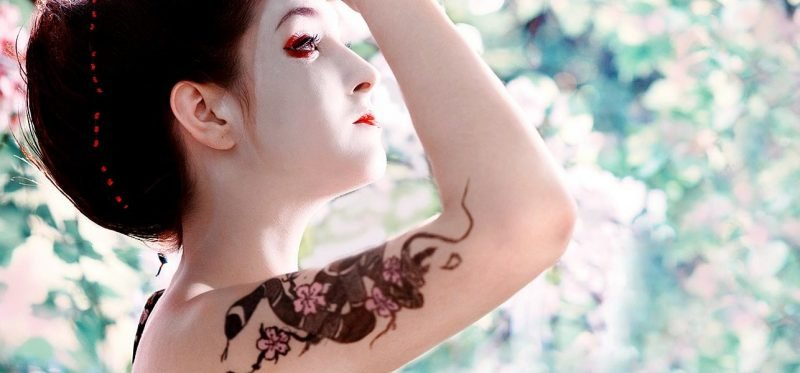 Schlangen Tattoo mit Blumen in japanischem Design