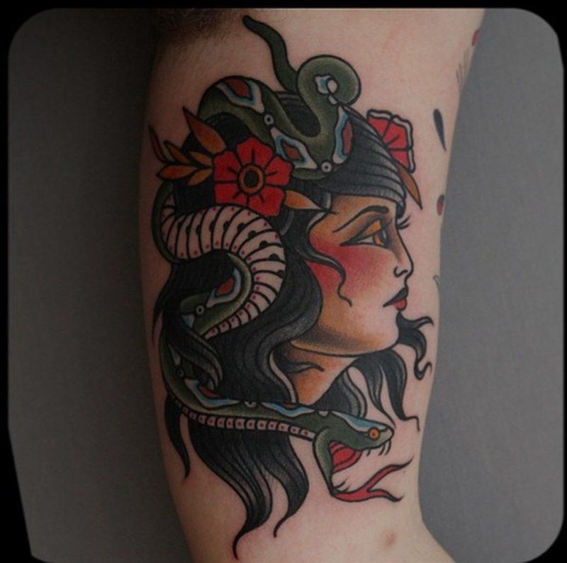 Schlangen Tattoo mit Frau