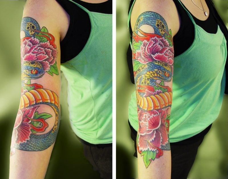 Japanisches Schlangen Tattoo wird mit knallen Farben gezeichnet