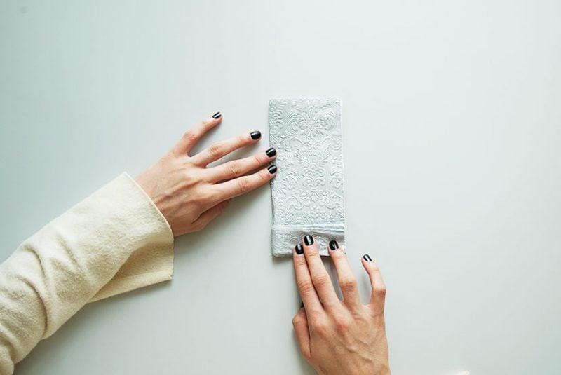 servietten falten anleitung fächer in grau