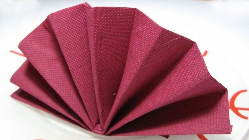 rote servietten falten anleitung mit schlichten design