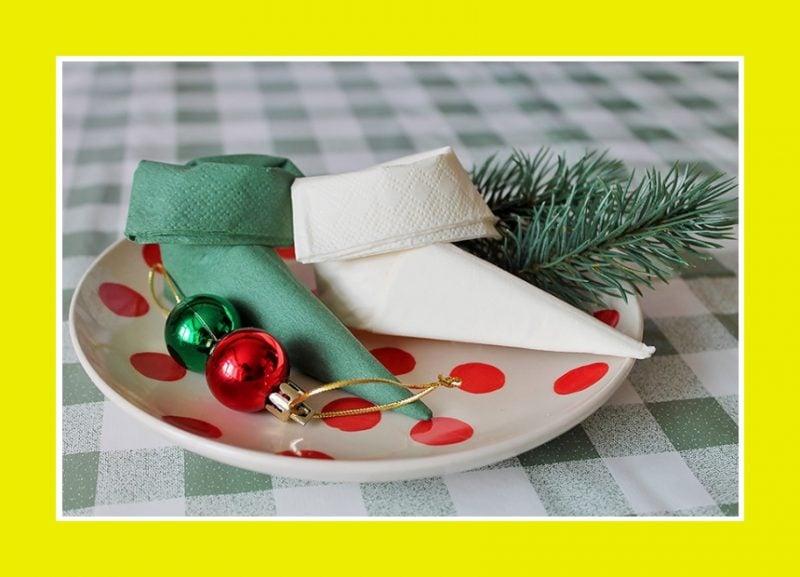 weihnachtsstiefel servietten falten anleitung für lustige stimmung auf dem festlichen tisch