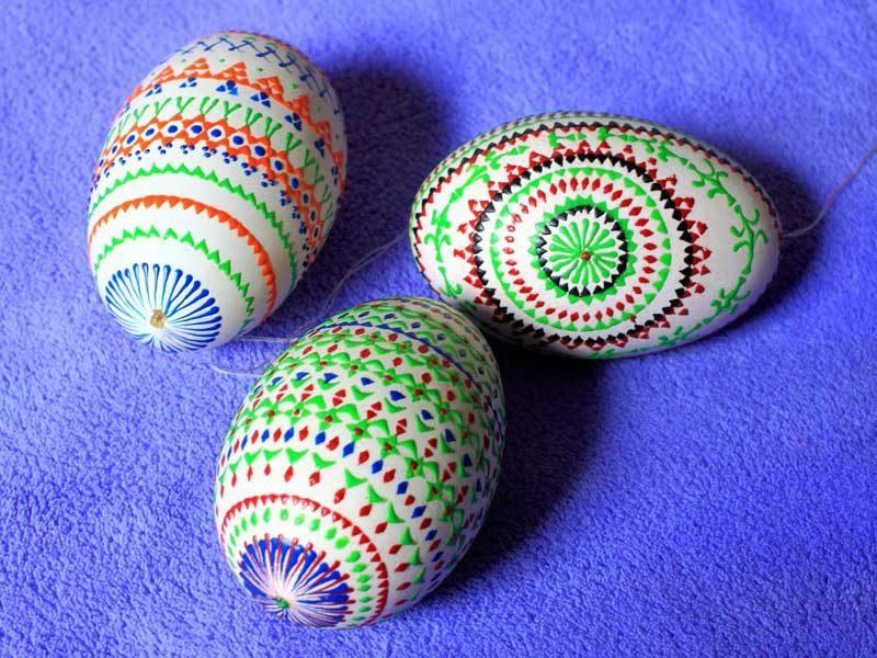 sorbische Ostereier originelle Farbgestaltung Bossiertechnik