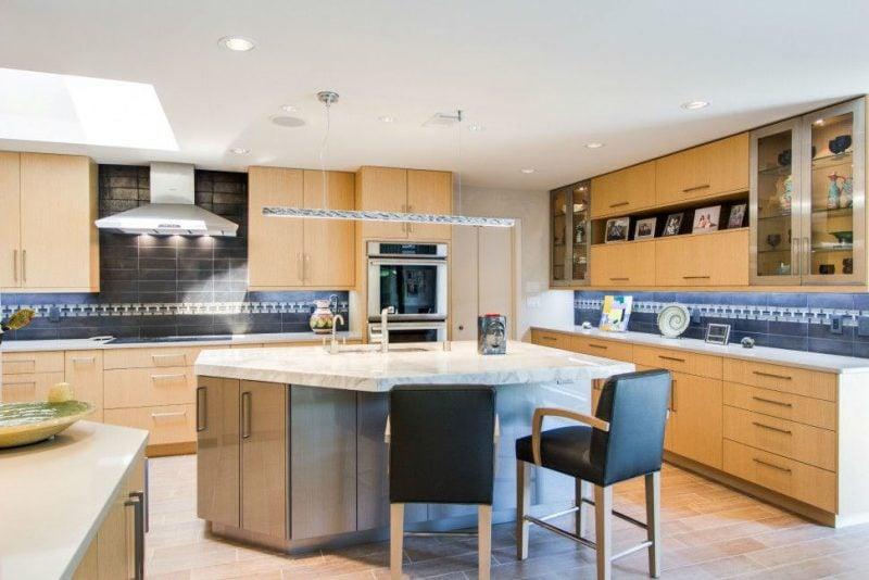 Kombinieren Sie zwei Arten von Fliesen von Spritzschutz für Küche