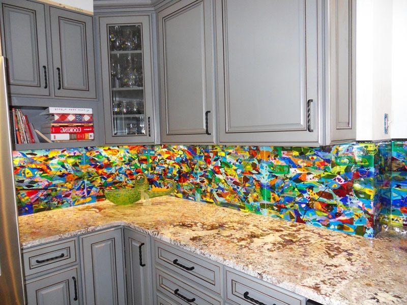 Bringen Sie Farbe mit einem Spritzschutz für Küche