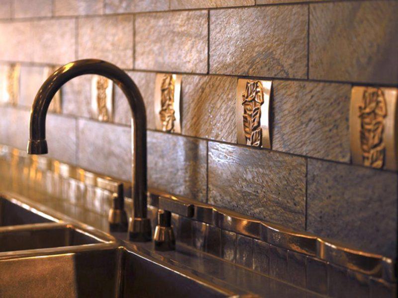 Der Spritzschutz für Küche kann metallische Ornamente haben
