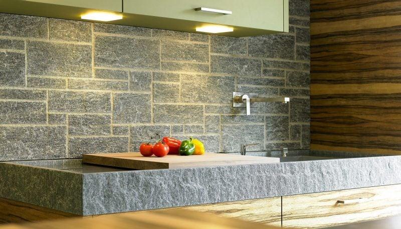 Spritzschutz für Küche aus Steinen auf der Spüle
