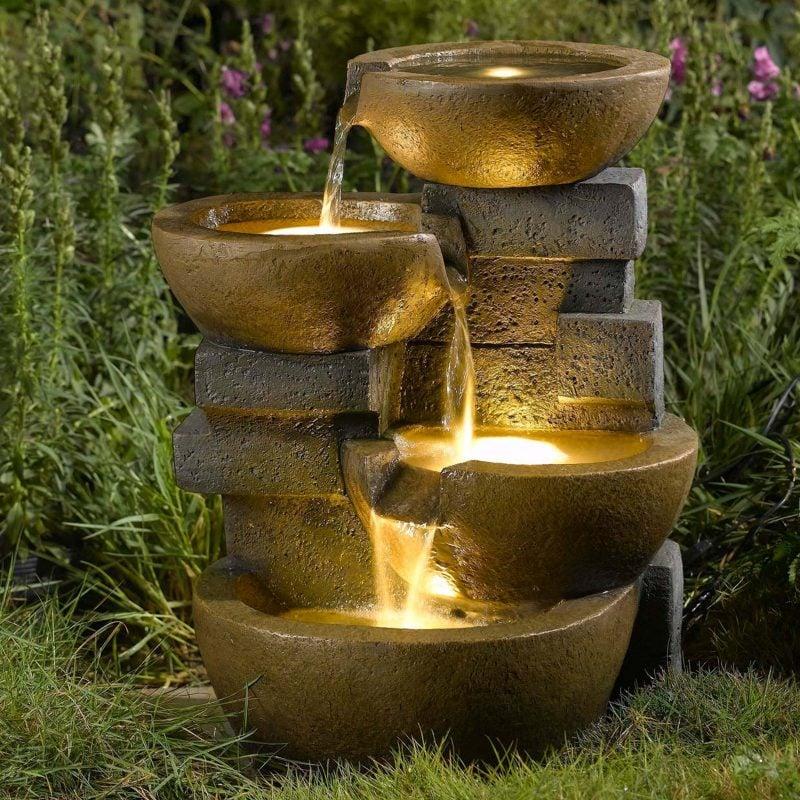 stein gartenbrunnen beleuchtet