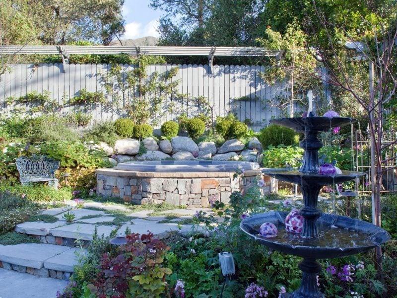 stein gartenbrunnen fröhlich