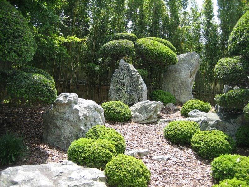 Steinbeet anlegen: Setzen Sie große Steine ein