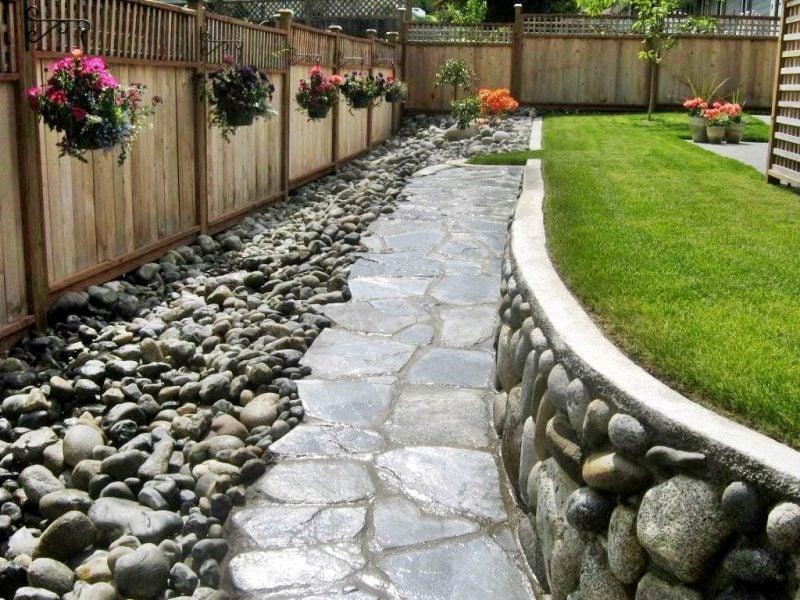Steinbeet anlegen: Wählen Sie große Steine für den Weg