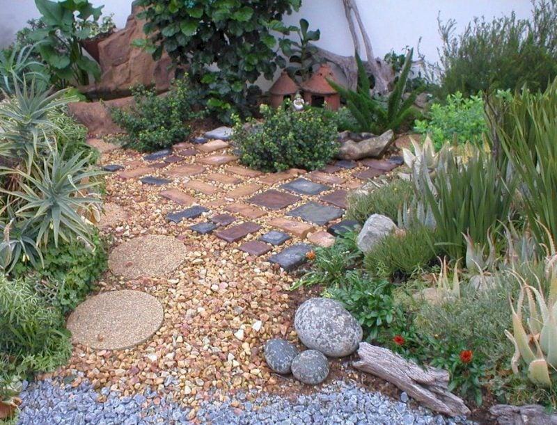Steinbeet anlegen mit verschiedenen Steinen