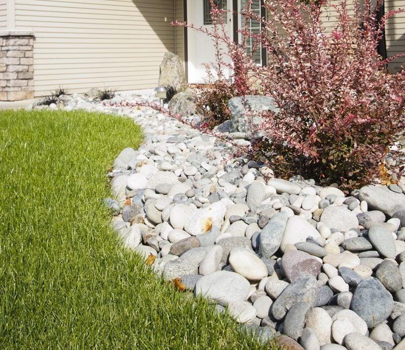 Beet mit Steinen anlegen um eine Trennung zwischen Weg zum Haus und Gras zu schaffen
