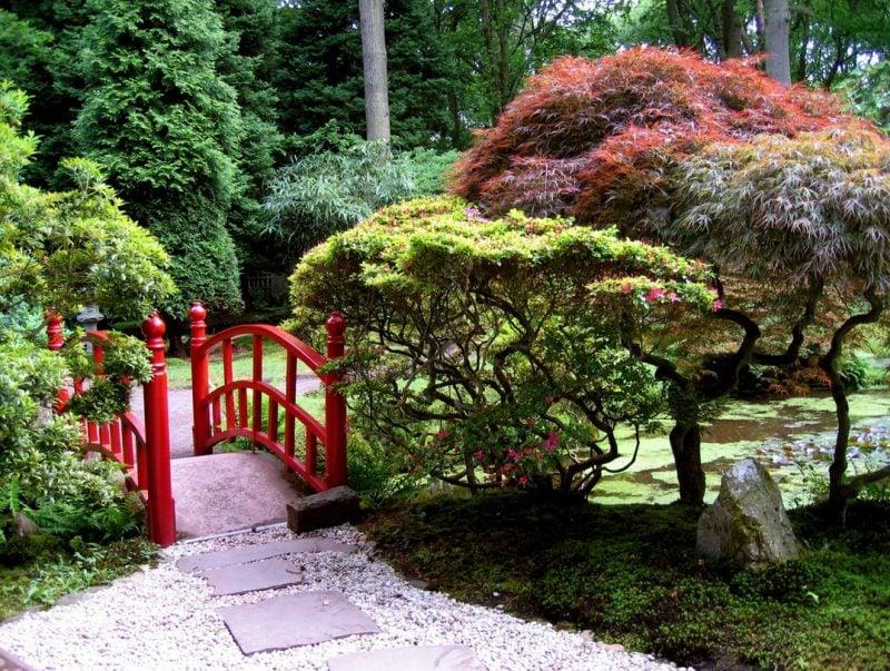 Steinbeet anlegen um einen japanischen Stil des Gartens zu schaffen