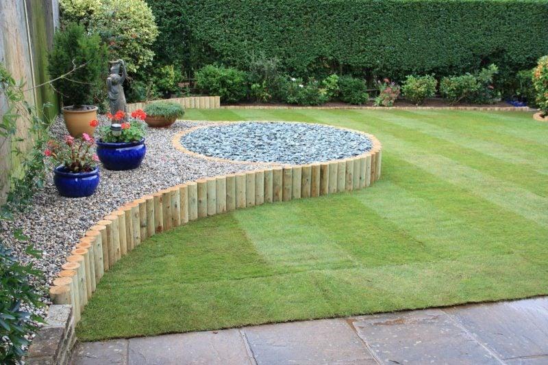 Steinbeet Vorgarten anlegen: Den Steingarten können Sie mit Holz ausgezeichnet trennen
