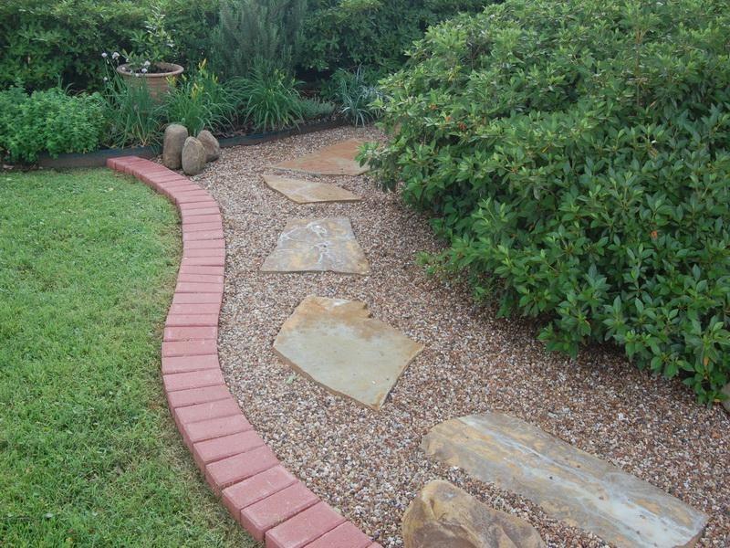 Steinbeet anlegen um eine Trennung vom Gras zu schaffen