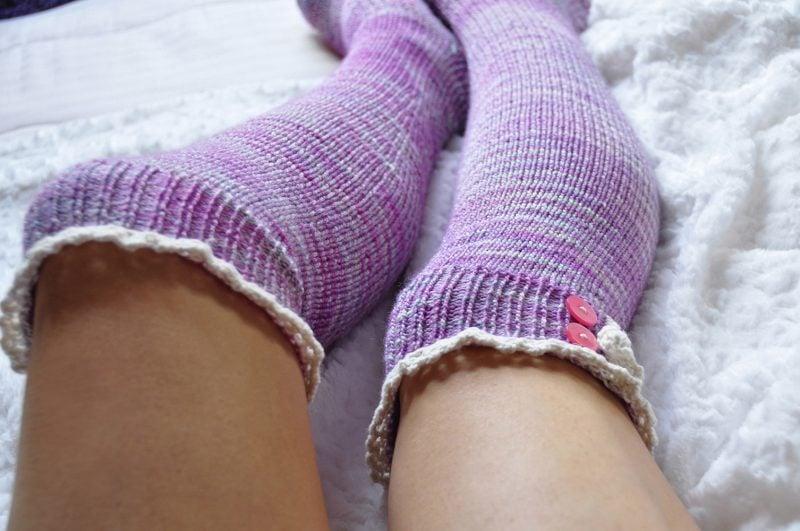 Strickmuster für Socken mit Knopfen