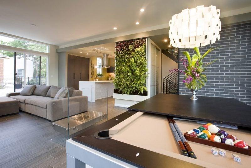 Vertikaler Garten als Trennung in der Wohnung