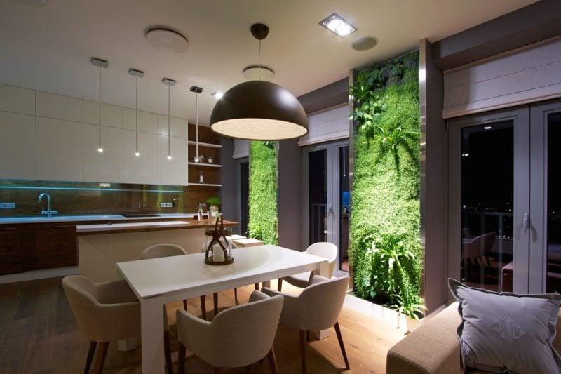 Vertikaler Garten muss mit passender Beleuchtung betont werden