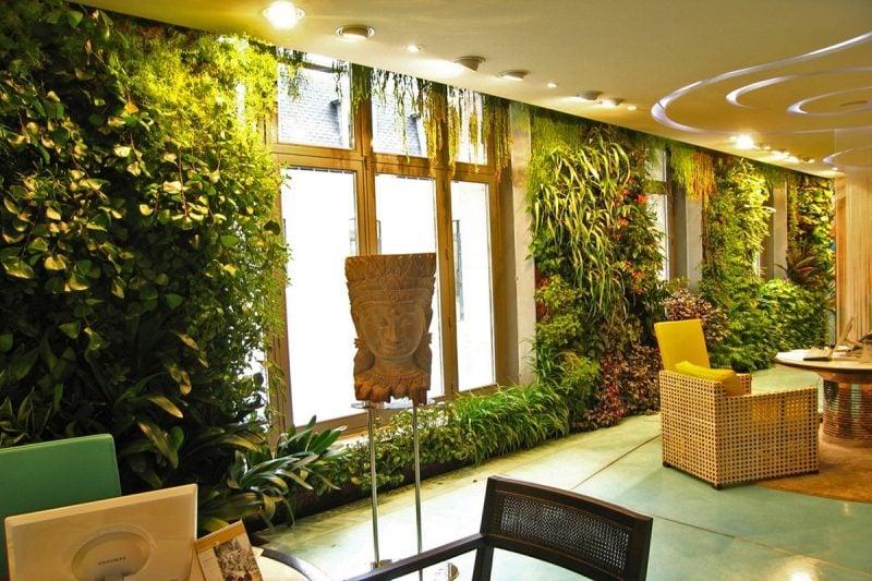 Vertikaler Garten mit verschiedenen Pflanzen