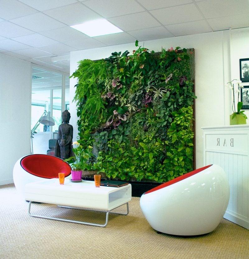 Vertikaler Garten mit minimalistische Einrichtung kombinieren