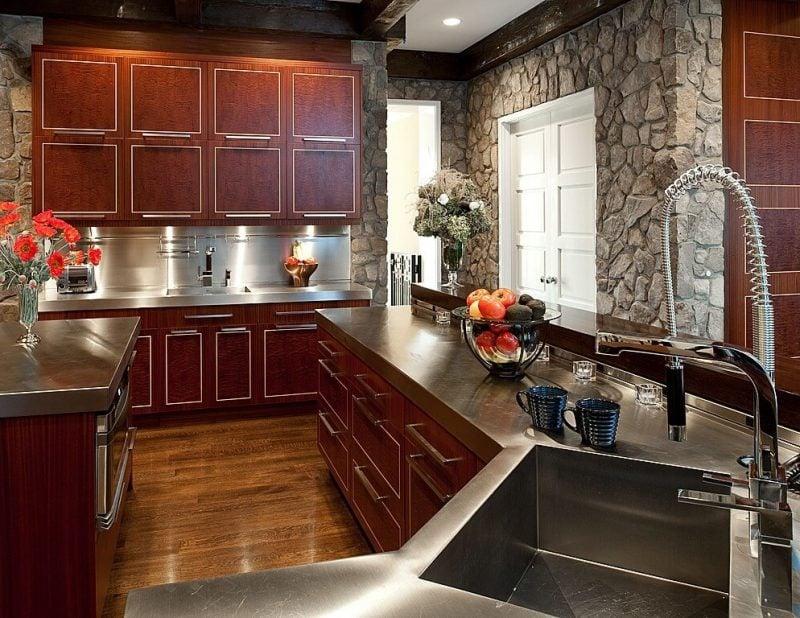 Wandpaneele mit Steinoptik in der Küche aus Holz