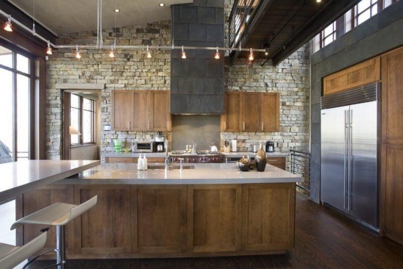 Kombinieren Sie Wandpaneele mit Steinoptik mit Holz in der Küche