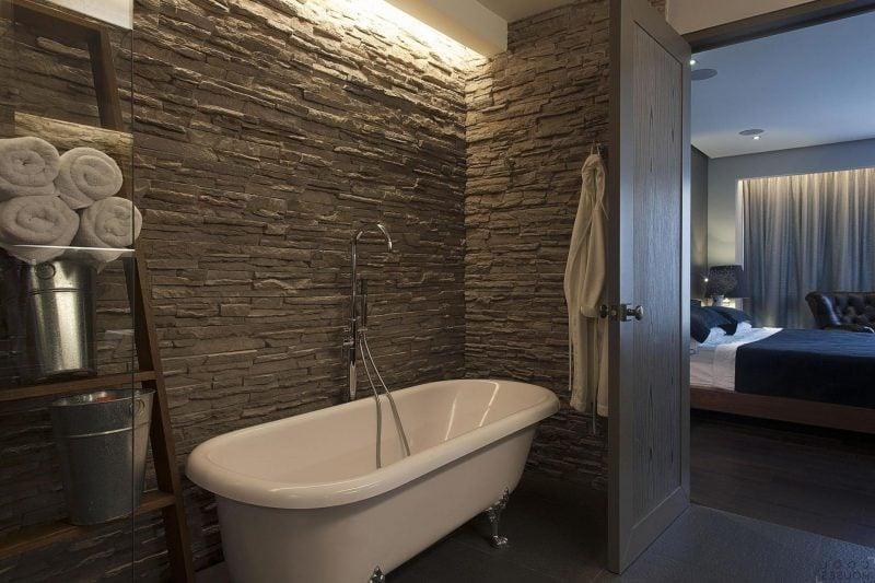 Wählen Sie Wandpaneele mit Steinoptik für die Wand mit der Badewanne