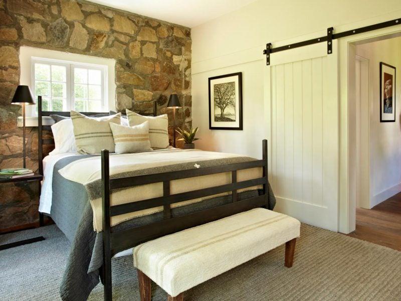 Wandpaneele mit Steinoptik für die Wand mit dem Bett