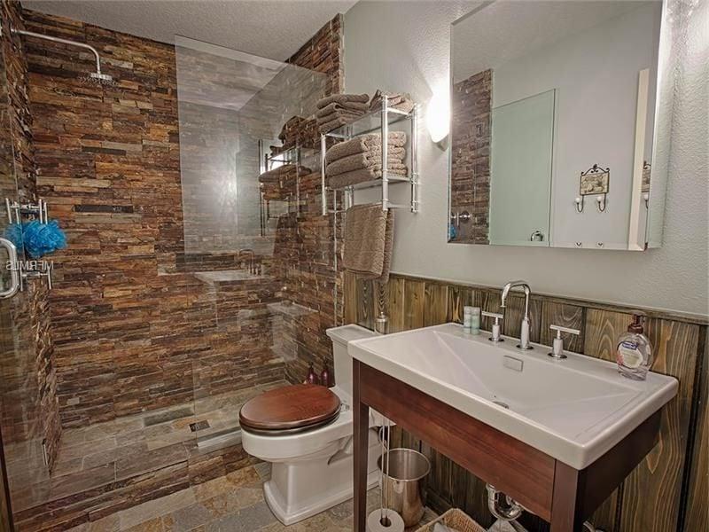Trennen Sie Bad und Toilette mit Wandpaneele mit Steinoptik
