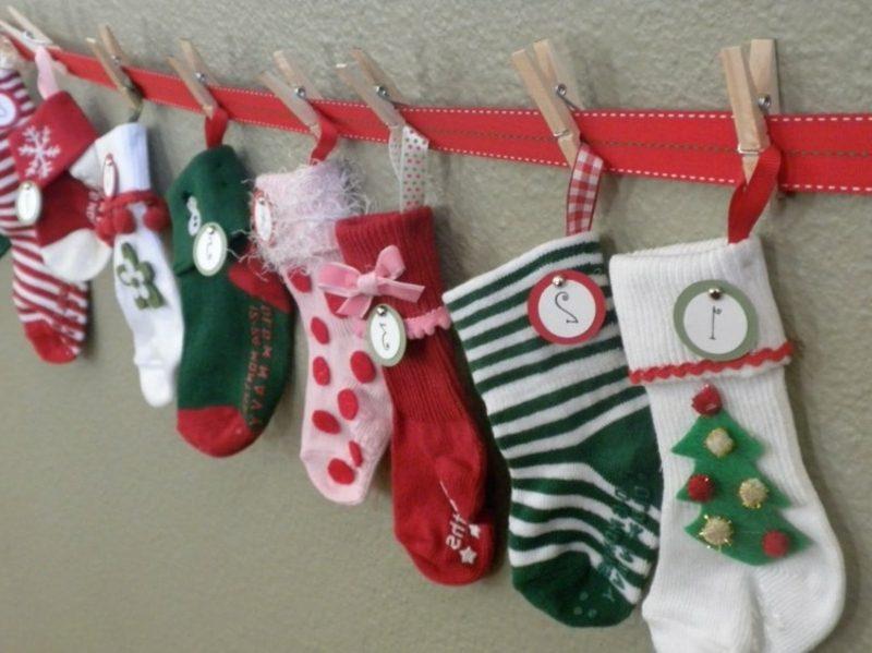 attraktiver Adventskalender selber gemacht Girlande aus Socken