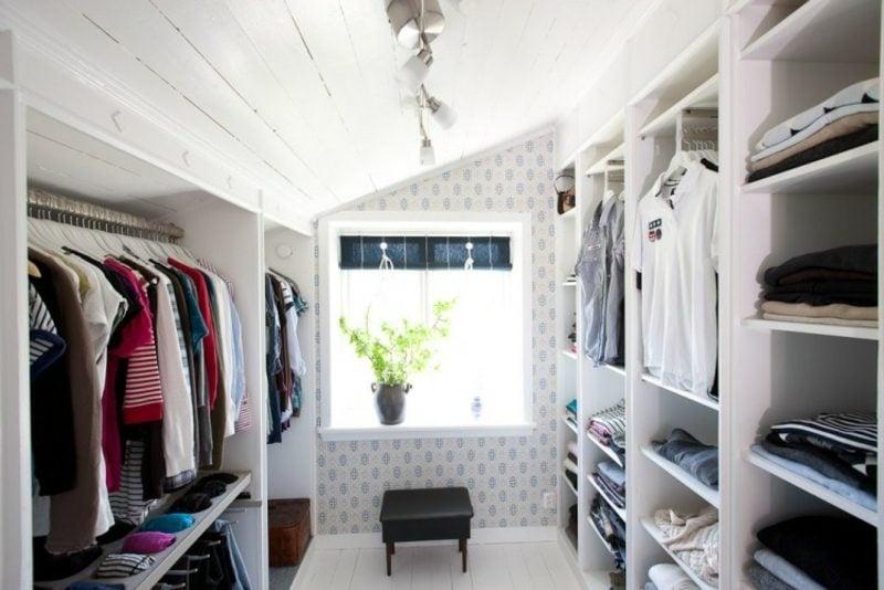 grosser begehbarer Kleiderschrank unter Dachschräge
