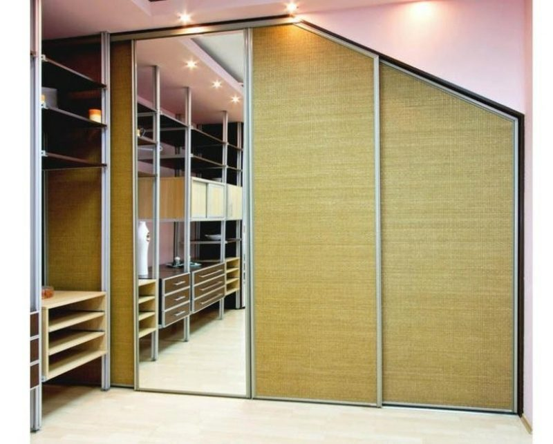 begehbarer Kleiderschrank unter Dachschräge mit Spiegel
