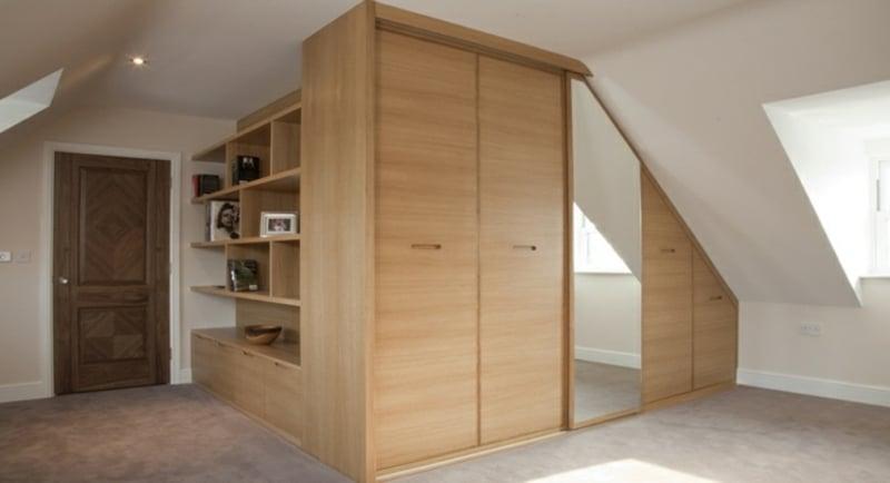 moderner begehbarer Kleiderschrank mit Spiegel Dachschräge