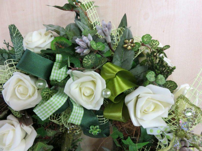 Frühlingsbasteln Kranz weisse Rosen aus Kunststoff