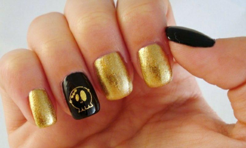Nageldesign Muster Halloween Gold und Schwarz Tatonkopf