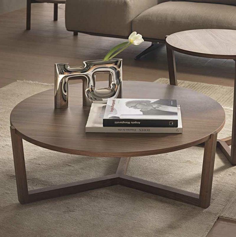 dekorativer Kaffeetisch aus Holz moderner Look