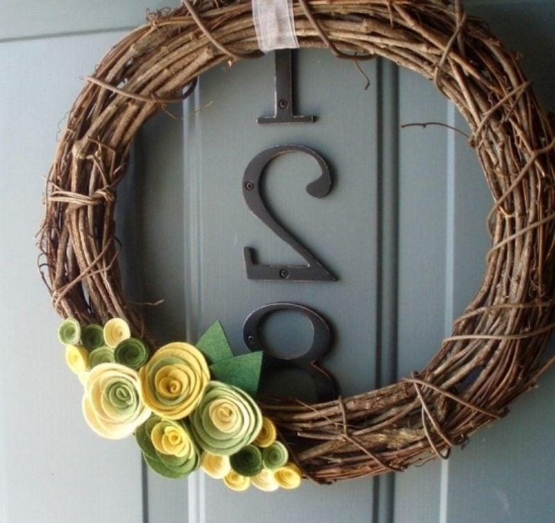 Frühlingsbasteln Kranz dekoriert mit Kunststoffblumen