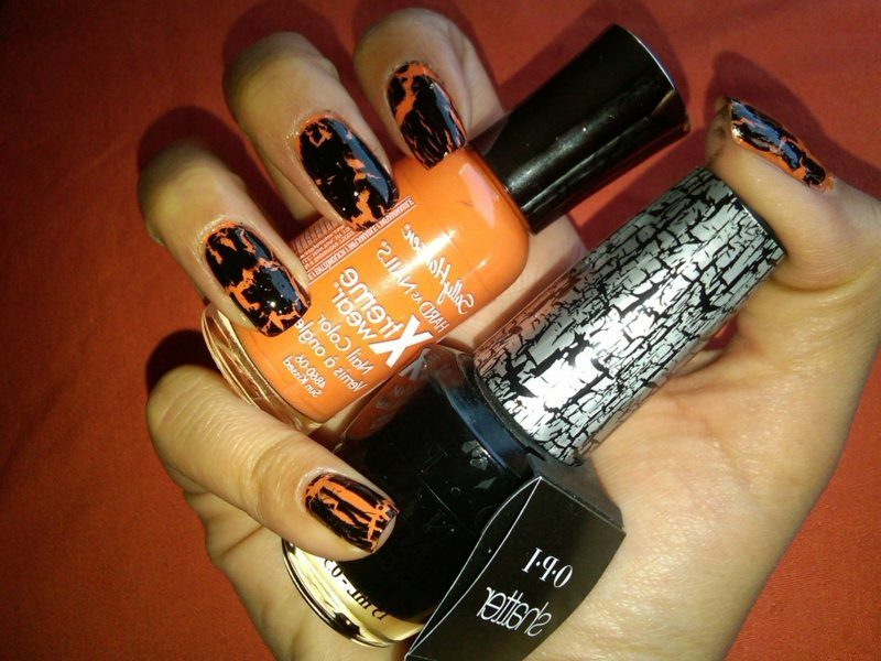 interessantes Nageldesign im Schwarz und Orange Halloween