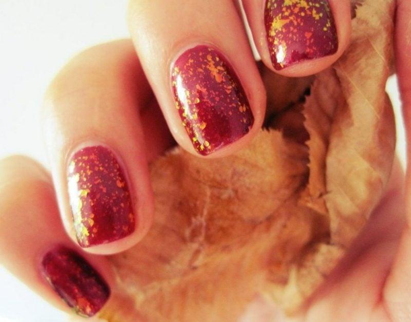 Nagellack im Rot goldene Glitzer