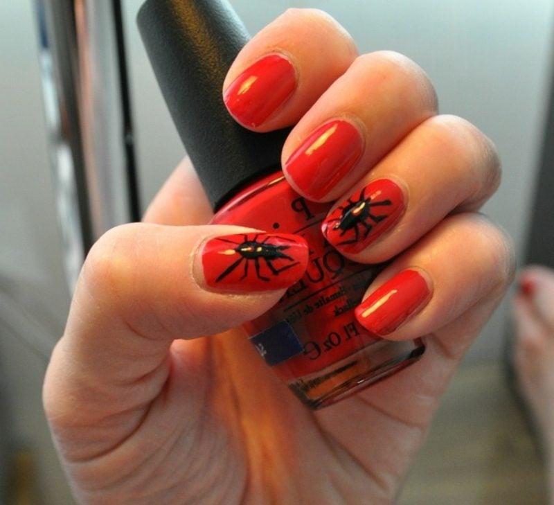 rotes Nageldesign mit Spinnen kreative Ideen Halloween
