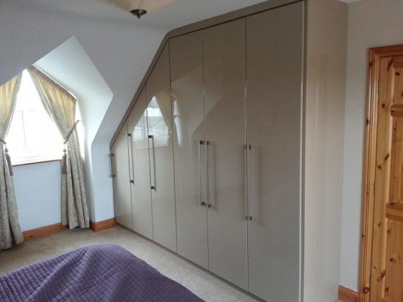 origineller Kleiderschrank begehbar Schlafzimmer Dachschräge