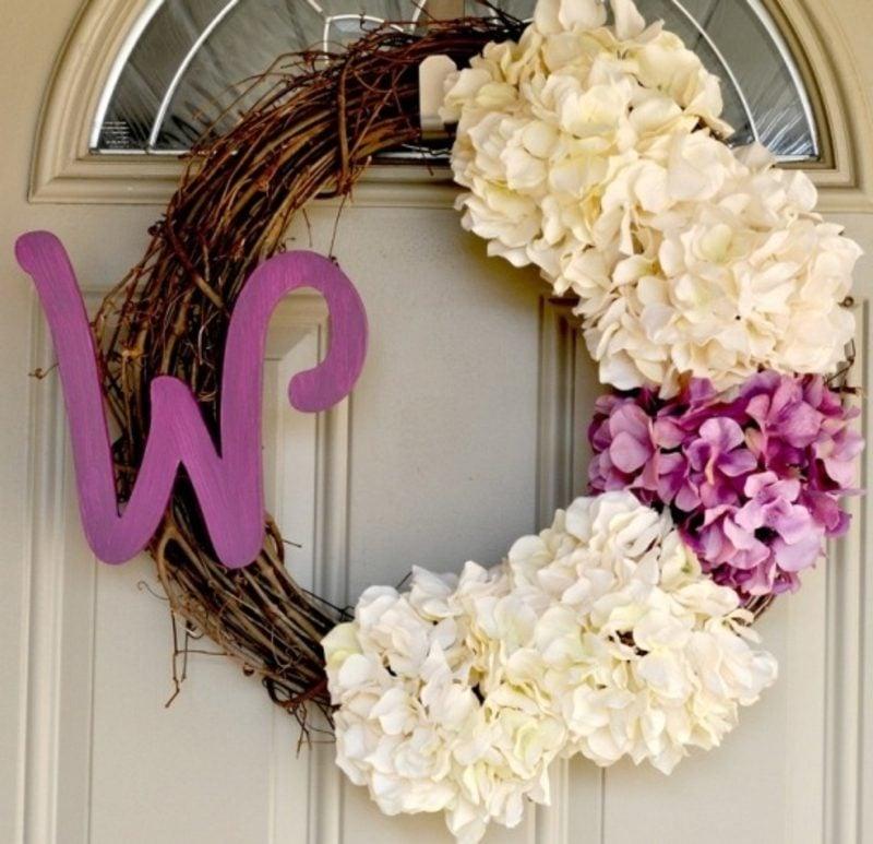 Frühlingsbasteln origineller Türkranz mit frischen Blumen