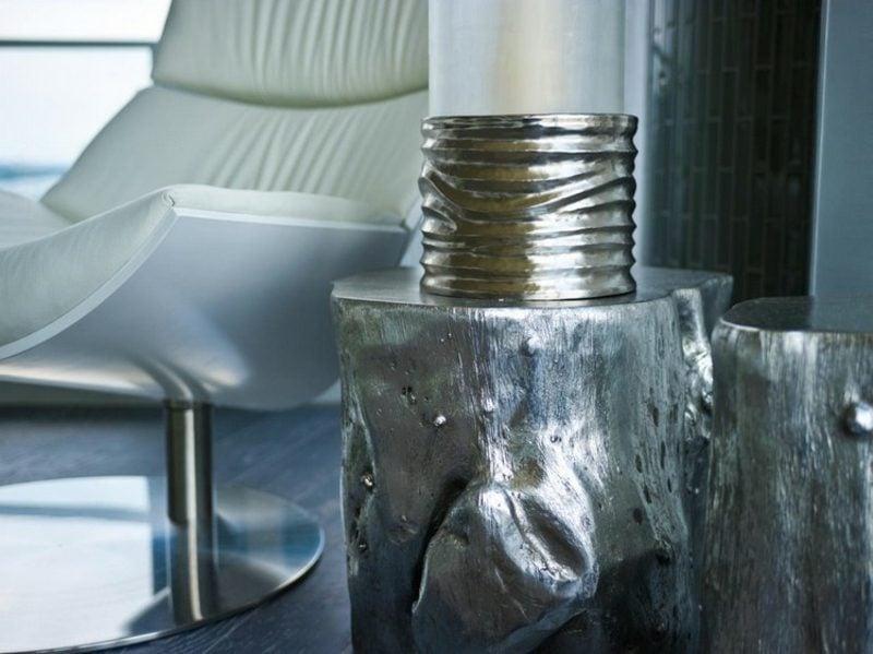 dekorativer Tisch aus Baumstamm