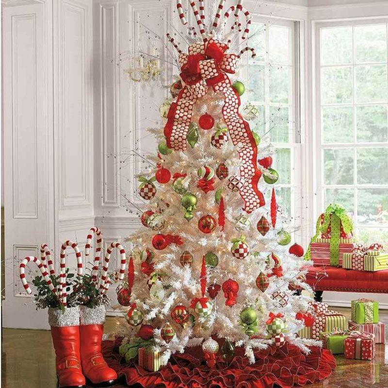 künstlicher Weihnachtbaum im Weiss