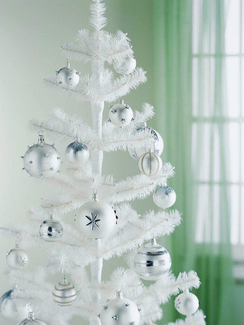 weisser Weihnachtsbaum Kunststoff silberne Christbaumkugeln