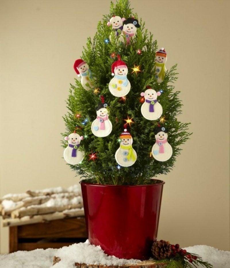 Weihnachtsbaum im Topf stilvoll geschmückt