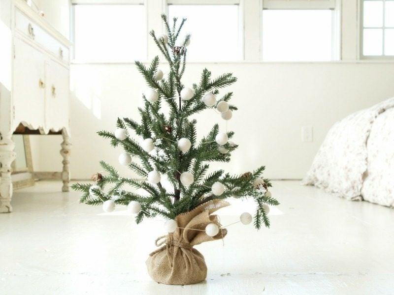 lebendiger Weihnachtsbaum Topf weisser Schmuck