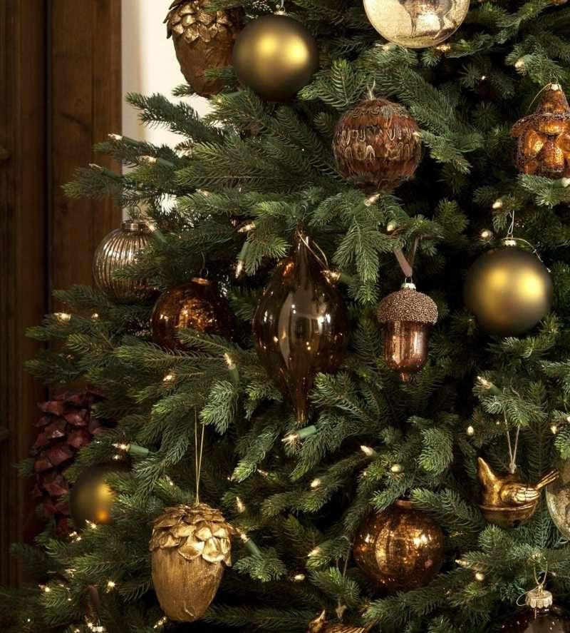 Weichnachtsbaum geschmückt Golden